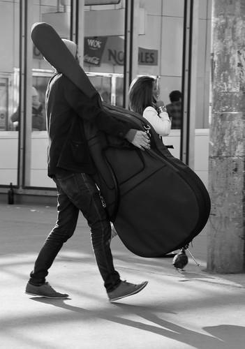 Un hombre carga con un contrabajo