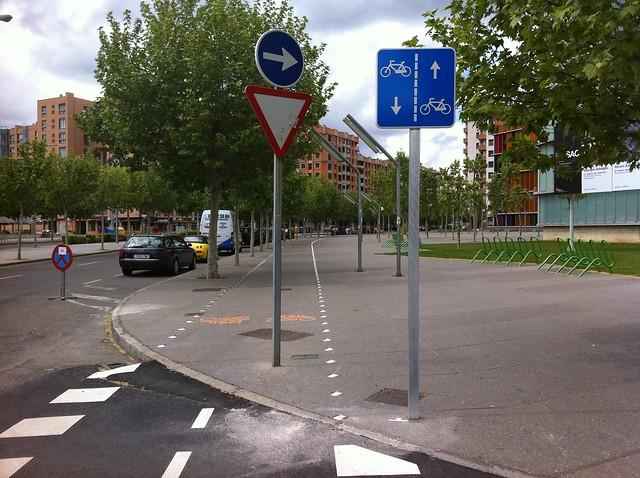 Dos señales en carril bici