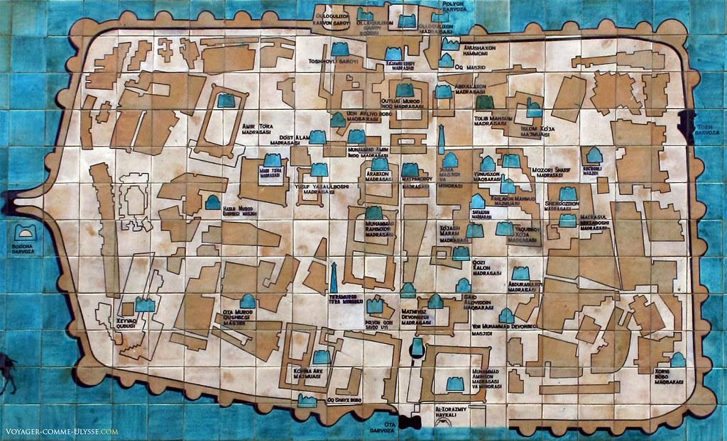 Plan d'Itchan Kala, à Khiva. On trouve cette grande carte de Khiva à coté de la madrasa Amin Khan.