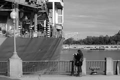 IMG_3236 (jeanbehue) Tags: photographe port montreal femme trottoir bateau lampadaire street rue