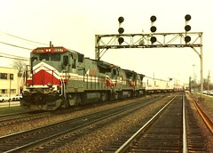 GE.LMX out of Clyde yard #8537 with trailer Train 1979 (Chicago Rail Head) Tags: railroad diesel trains bn locomotive 1979 highball hotshot lmx containertrain berwynill runningextra lavernestation geunits bnamericacontainers mainlinetraffic