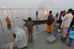 Aarti - Evening Ritual on the Ganges (Leonid Plotkin) Tags: india festival asia traditional prayer religion ritual tradition hindu hinduism ganga ganges mela aarti sangam allahabad pryag maghmela