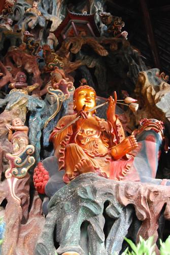 Eine kleine Figur am Altar stellt einen fröhlichen Gesellen mit Blumen dar.