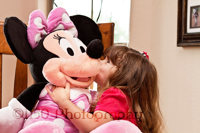 Minnie Mouse birthday party kiss