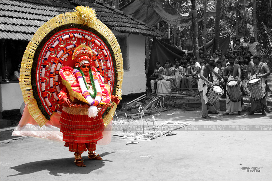 Madayil Chamundi Theyyam - Photography by Haree for Nishchalam.
