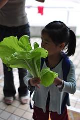 20091006-yoyo拿學校給的有機蔬菜