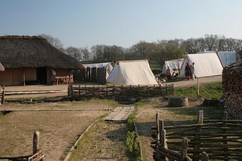 Auf der Wiese vor der Herberge [Haus Nr. 7] und dem rekonstruierten Siedlungsausschnitt standen einige Zelte - 1. Frühjahrsmarkt Wikinger Museum Haithabu WHH 23-04-2011