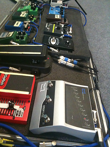 Stef Burns pedalboard with Morpheus DropTune (Vasco Live Kom 011) . Clicca per zoom su Flickr...