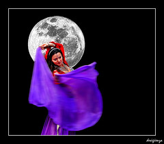 Dancing with the moon. (Sigüenza) Tags: woman moon colour art night dancing fantasy interesante ilusión creativas nikond60 abigfave desigüenza