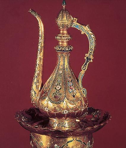 Золотой кувшин, покрытый эмалью, с тазом для омовения рук