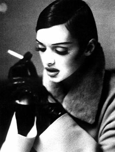 フリー写真素材, 人物, 女性, 煙草・タバコ, モノクロ写真, 俯く,