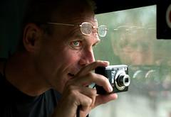 Peter Hooiveld maakt foto's van de grens Polen-Wit Rusland (Dennis Wansink) Tags: polen belarus trein bril fototoestel pl witrusland terespol peterhooiveld