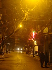 (vnkht) Tags: light orange yellow night walking streetlight couple sony streetphotography vietnam hanoi hoankiem oldquarter 2011 vitnam hni honkim phc qun dcsw130 oduyt gavinkwhite