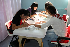 Un grupo de alumnas del módulo de peluquería del PCPI realizan las prácticas correspondientes.