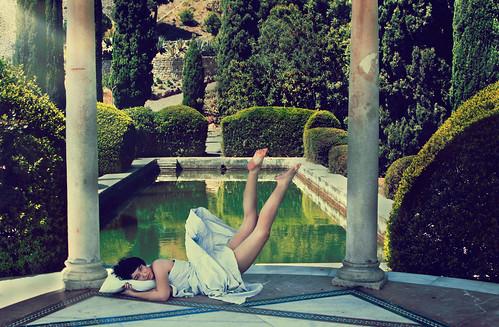 フリー写真素材, 人物, 女性, 人と風景, ドレス, 寝転ぶ,