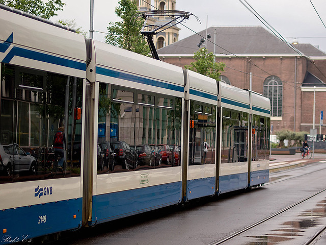 Tram Amsterdam geparkeerde autos