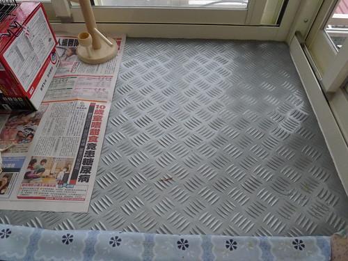 小陽台底部鋪上鐵板紋止滑地墊