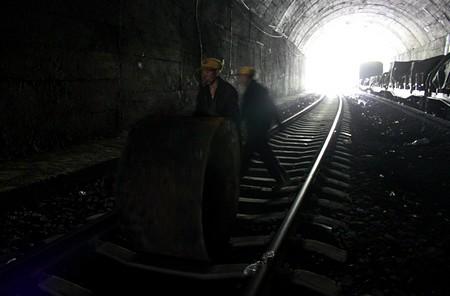 赵明军说:在铁轨里滚铁桶是违规操作,但这样做可以节省不少体力