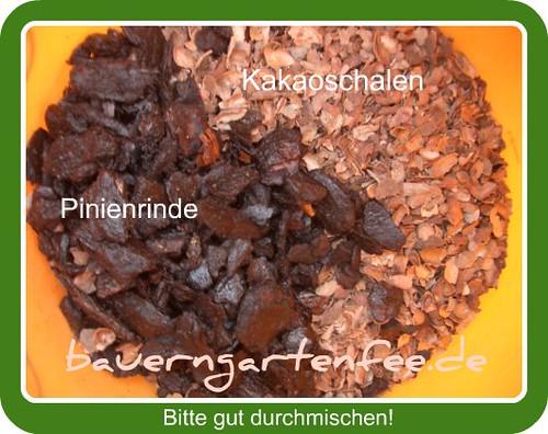 Links Pinienrindenmulch, rechts Kakaoschalen (Rahmen)
