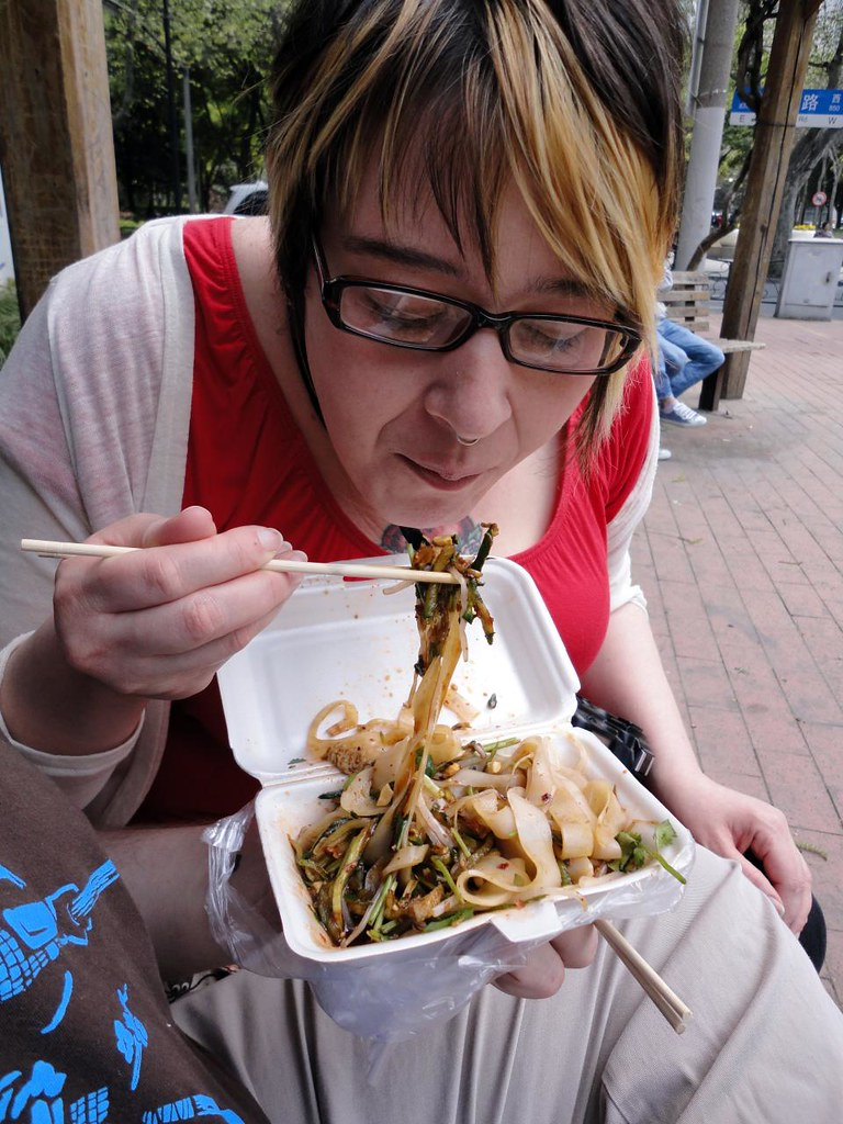Nadja eats delicious cold la mian noodles from a Muslim street vendor in Shanghai