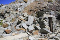 西穂-奥穂の岳沢分岐にある山小屋の跡