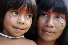 (Lucille Kanzawa) Tags: brazil brasil indian xingu motheranddaughter índia mãeefilha tocadaraposa brazilianindian kuikurus índiabrasileira lucillekanzawa índiasdoxingu