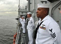 USS Thach Sailors man the rails as the ship arrives in Rio de Janeiro. (Official U.S. Navy Imagery) Tags: brazil riodejaneiro navy sailor usnavy guidedmissilefrigate mantherails ussthachffg43 southernseas2011
