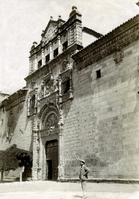 Fachada del Hospital de Santa Cruz en junio de 1905. Fotógrafo anónimo. Colección Luis Alba. Ayuntamiento de Toledo