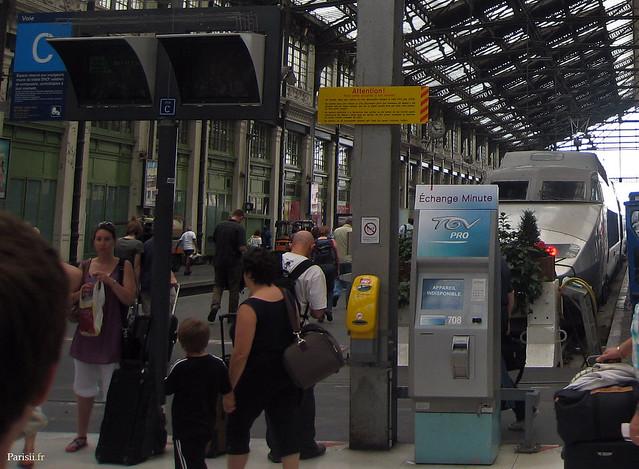 Ecrans d'affichage et poinçonneuses de la gare