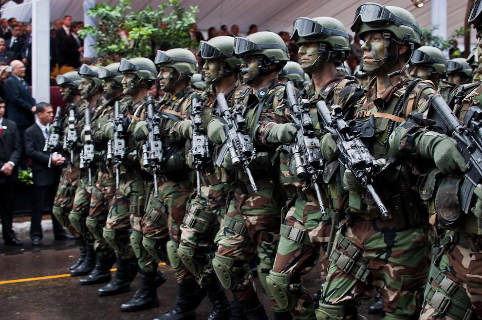 El Batallón Conjunto de empeño inmediato de la Caballería Paraguaya desfila con sus modernos equipos tácticos y rostros pintados con camuflaje, causando gran admiración del público. (Elton Núñez - Asunción, Paraguay)