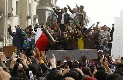ثوار مصر على الاليات العسكرية