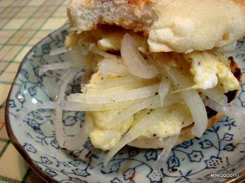 20110528 週末家常飲食_01 洋蔥蛋滿福堡三明治