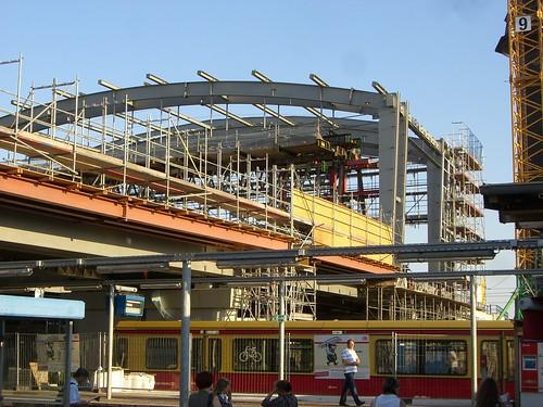 Wirkt von den unteren Bahnsteigen schon riesig, das Ostkreuz Hallendach