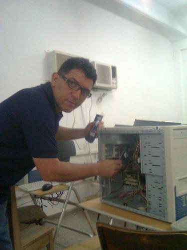 Instalando las memorias en la Universida de Holguín