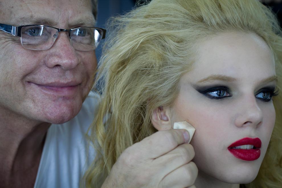 Oscar Mulet nos muestra el maquillaje que acaba de realizar con la modelo Ana Ortiz, momentos antes de que se inicie el siguiente desfile. (Tetsu Espósito - Asunción, Paraguay)
