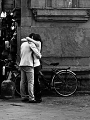 Bacio Kiss Suukko Pet    Kus Beso Kys (Andrea Bosio Photographer) Tags: street city portrait people urban blackandwhite bw italy canon photography blackwhite kiss couple strada italia gente noiretblanc streetphotography bn powershot persone tuscany st