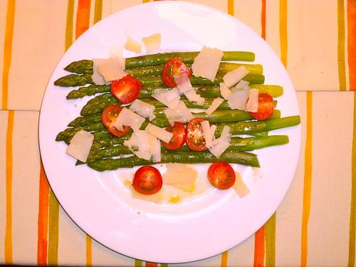 Grüner Spargel mit Kirschtomaten & Parmesan