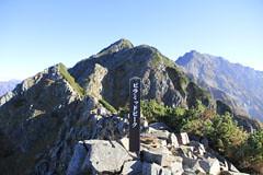 西穂高岳に向かう岩場の一つのピラミッド峰