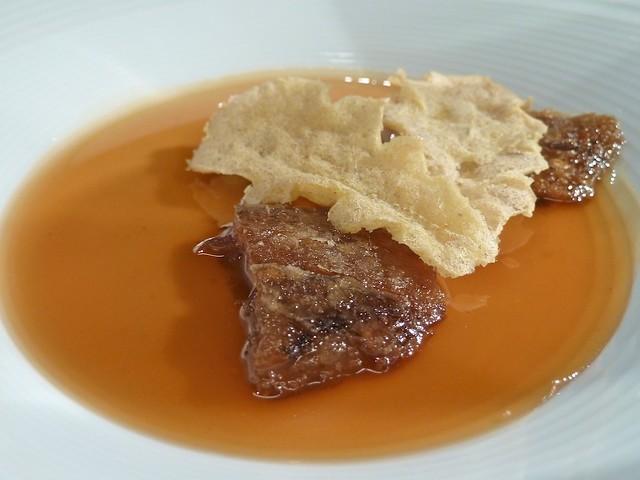 Rabito de cerdo ibérico, hojas crocantes y aceite de semillas tostadas