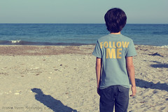 Follow Me. (Arianna Miretti Photography.) Tags: sea mer children mar meer mare child message tshirt mensaje chezmoi bambino followme nachricht messaggio seguimi sgueme