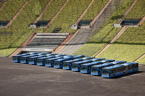 Sauber aufgereiht: Die neuen Wagen im Olympiastadion