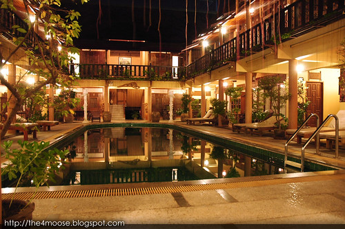 Ruean Thai - Swimming Pool (Night)