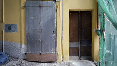 Door in Ventimiglia, Italy 25/3 2011 (photoola) Tags: door italien italy lumix la puerta frankreich italia porta porte tr  cua tren frankrike ventimiglia portes drr  ovi drzwi 2011 ovet wochy  gh2 ranska   ca drrar  photoola