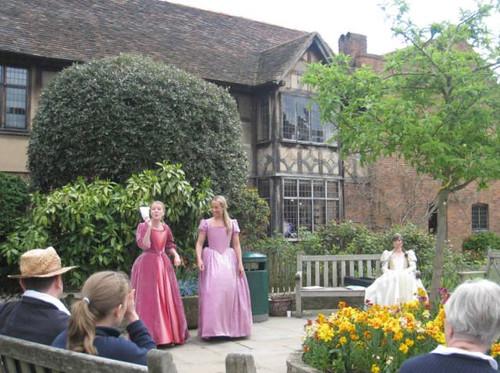 莎翁故居花園內的現場莎劇表演。(吳佳其攝影)
