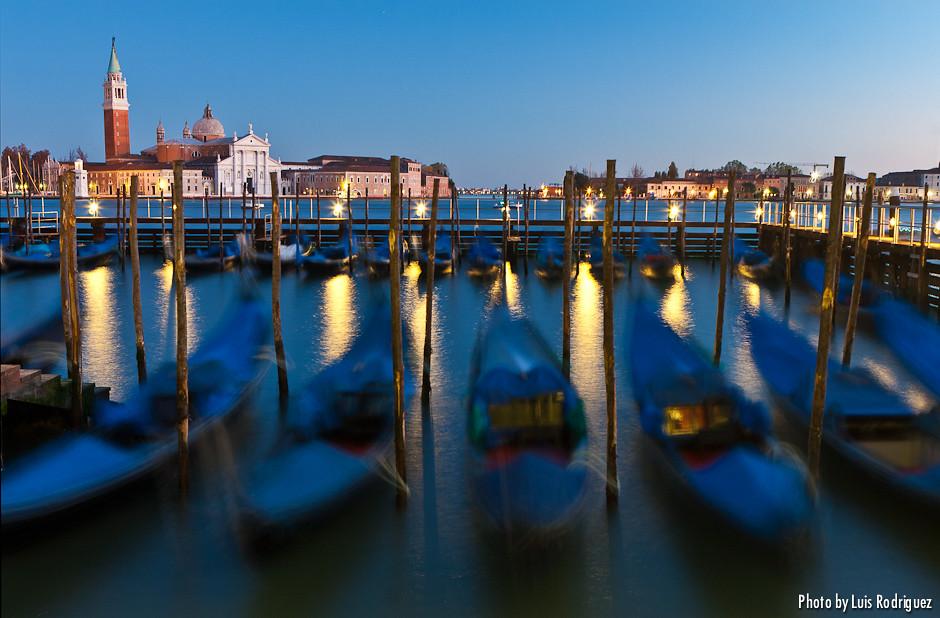 Gondolas en la noche veneciana