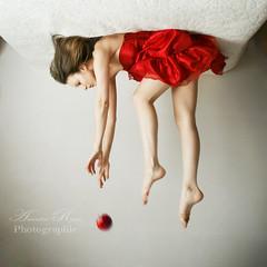 La pomme s'envole (Amandine Ropars) Tags: girl levitation gravity pomme surrreal applered graviter