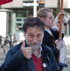 Thumbs up says Leif Pagrotsky (Sina Farhat) Tags: friends light portrait flower canon gteborg happy person spring raw sweden bokeh background details political flash gothenburg redrose shapes glad photowalk politician blomma sverige former thumbsup speech vnner tal vr gtaplatsen 031 autofocus politiker ljus portrtt detaljer largecrowd 50d socialdemokraterna blixt socialdemocrats bakgrund skrpedjup tummenupp leifpagrotsky canon50mm14usm liveview canon580exii lightroom3 politiskt fotopromenad rdros firstofmaydemonstrations frstamajdemonstrationer storfolksamling