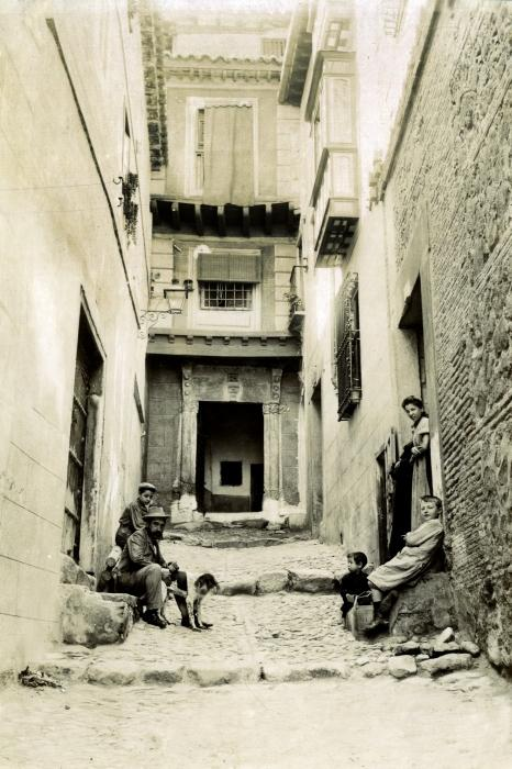 Callejón de Agustín Moreto en junio de 1905. Fotógrafo anónimo. Colección Luis Alba. Ayuntamiento de Toledo