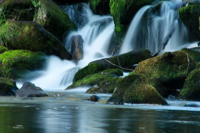 El agua cayendo suave