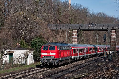 218 445 zieht die Silberling-Garnitur der Südostbayernbahn in Richtung München